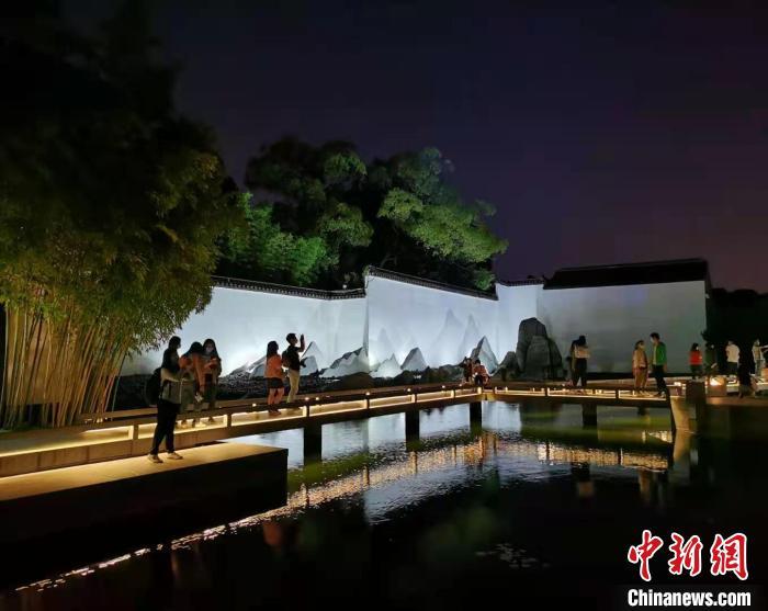 游客参观夜间的苏州博物馆。(资料图) 钟升 摄